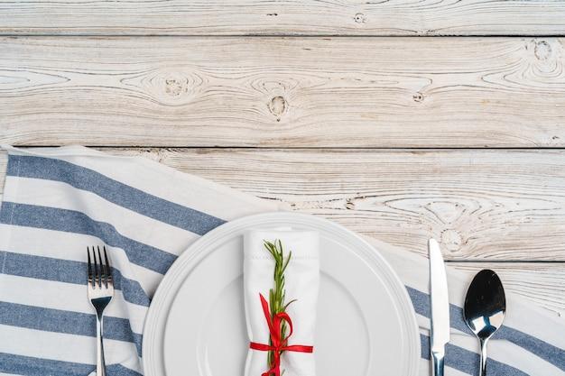 木製の表面にお祝いの装飾が施されたエレガントなテーブルセッティング