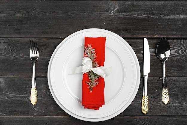 木製の表面に松の木の枝とお祝いテーブルの設定