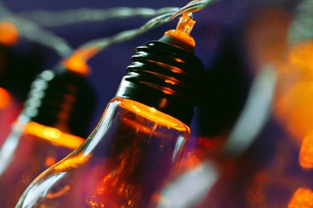 Красивая освещенная праздничная лампочка гирлянды крупным планом