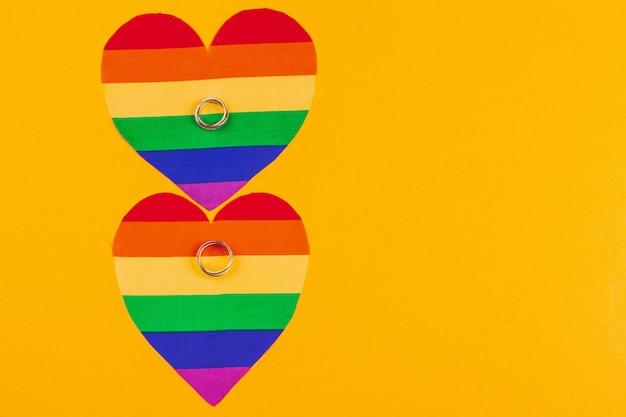 虹色の旗とリングの同性愛者の結婚の概念