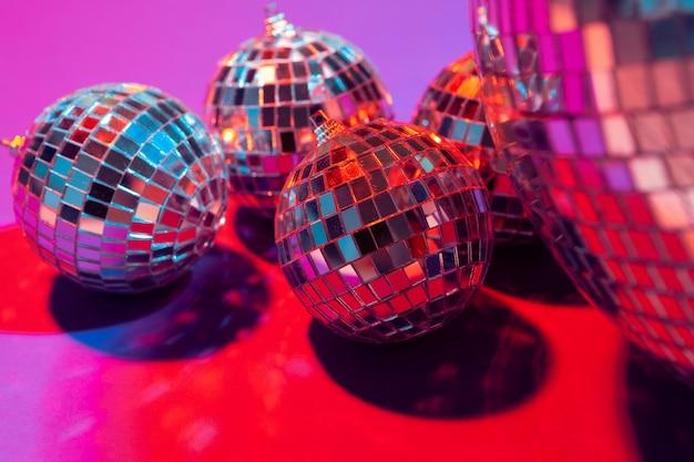 テーブルに置いたミラーパーティーボールをクローズアップ