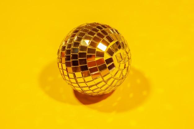 色の上の光の中で輝く輝くパーティーディスコボール