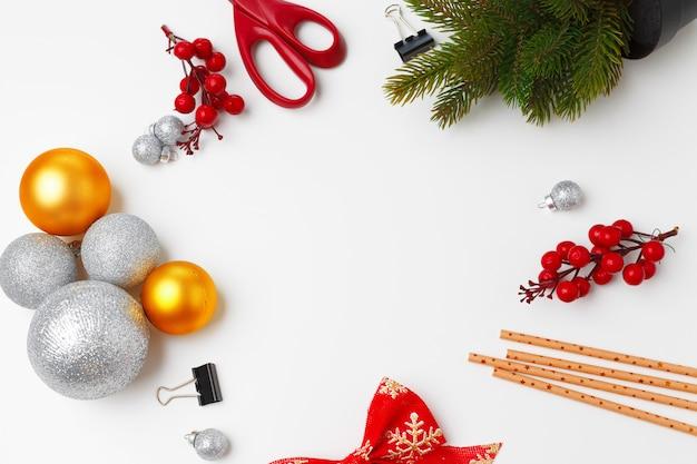 白で隔離のつまらないものでクリスマスの装飾