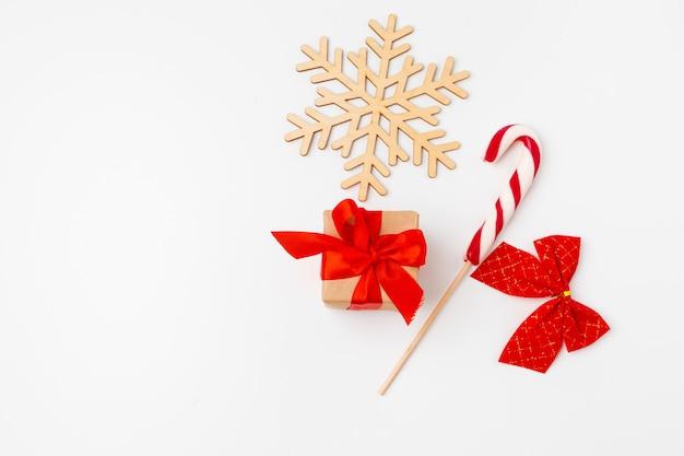Рождественский подарок и рождественские украшения на белом