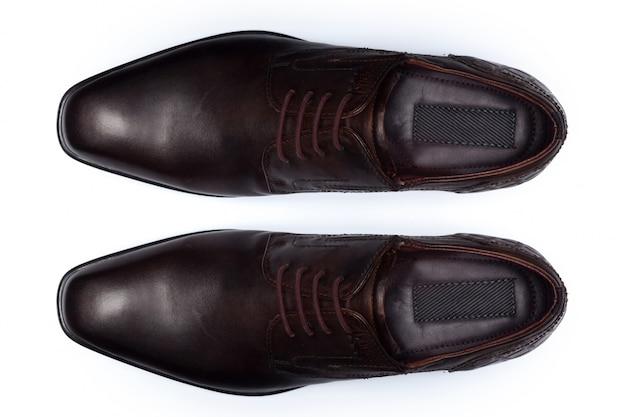 Классические мужские кожаные туфли, изолированные на белом, вид сверху,