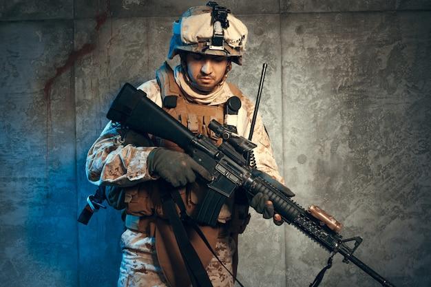 Война, армия, концепция оружия, частный военный подрядчик держит винтовку