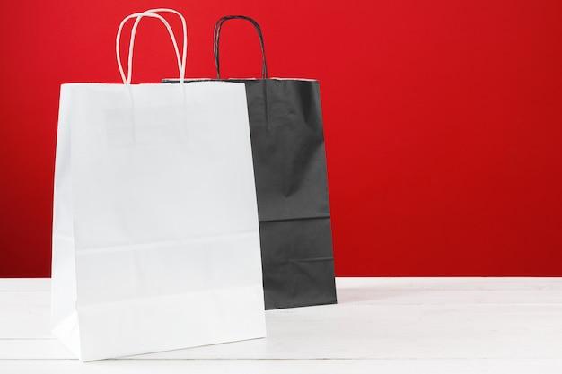 赤のコピースペースと紙の買い物袋