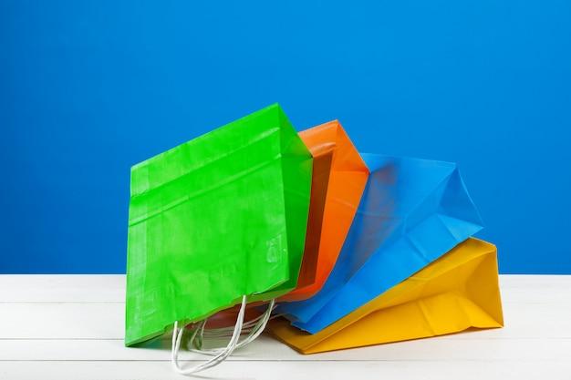 青のコピースペースと紙の買い物袋