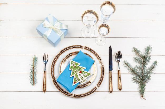 上からエレガントな素朴なクリスマステーブルの設定