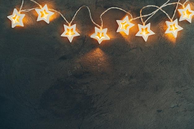 星形の光の花輪、クリスマスのお祝いデコレーション