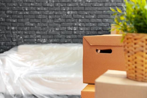 概念の移動または移動。箱とパックされた家具のスタック