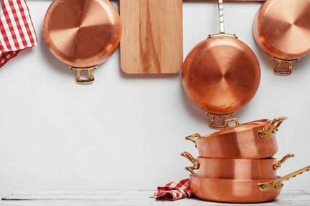 銅鍋がたくさんある業務用キッチン