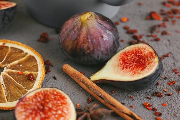 Крупным планом выстрел из фруктов и специй для приготовления вина глинт