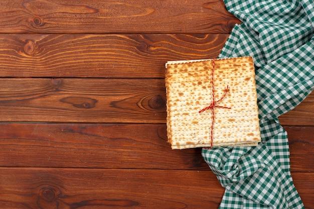 ユダヤ人の伝統的な過越祭のマツォのパン