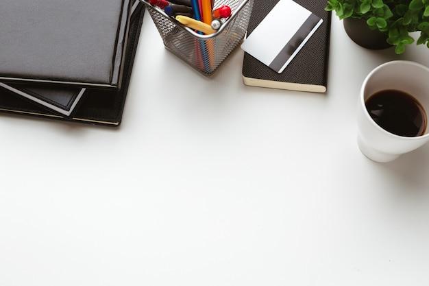 Деловые предметы упали в творческом расстройстве на белом столе