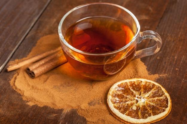 木製のテーブルに香りの良いシナモンティーカップ