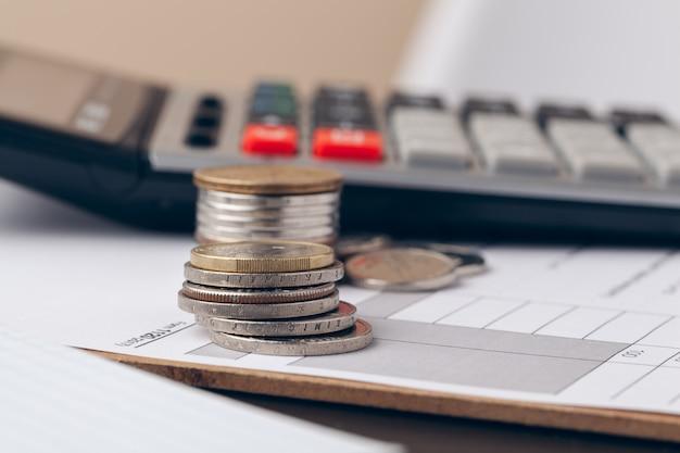 Куча денег монеты с миллиметровки на деревянный стол, концепция в учете, финансы и рост бизнеса