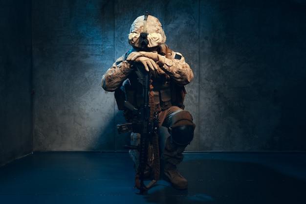 戦争、軍隊、武器のコンセプト。ライフルを保持している民間軍事請負業者