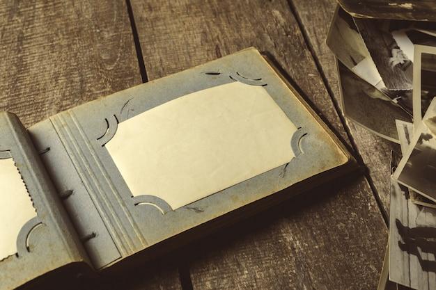 木製のテーブルの上の古い写真