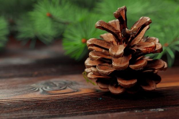 木製の背景にモミの木の枝でクリスマス組成。