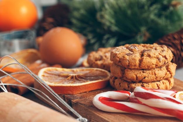 Красивая композиция рождественской кулинарии из традиционных праздничных сладостей