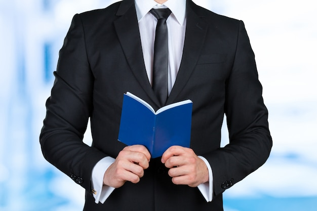 Мужчина держит книгу с расписанием