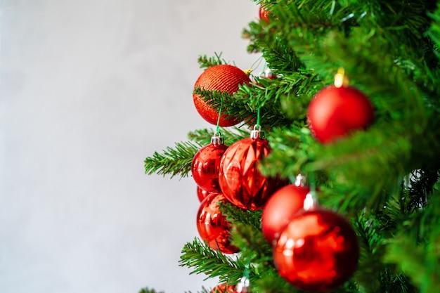 赤いつまらないと美しいクリスマスツリーをクローズアップ