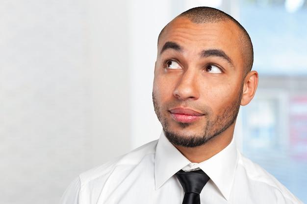 Портрет вдумчивого молодого бизнесмена