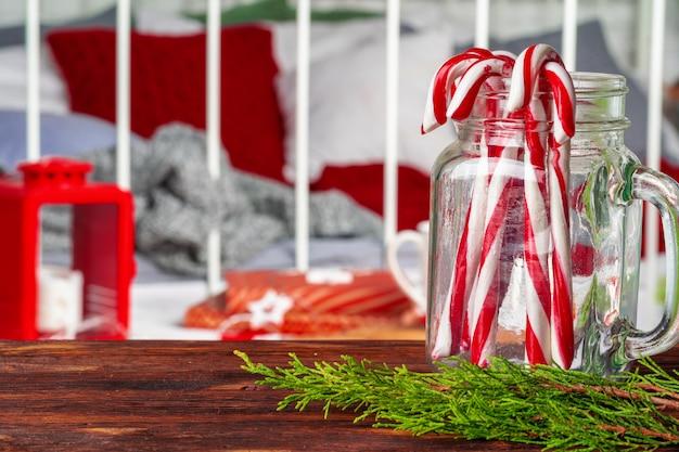 赤いランタンとテーブルの上のキャンディーの山