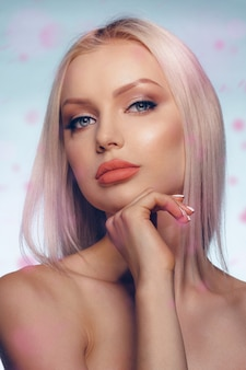 完璧な肌とふっくらした唇と金髪の女性の美しさの肖像画を間近します。