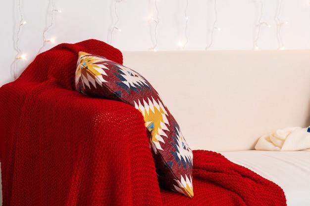 格子縞とクッションの白いソファをクローズアップショット