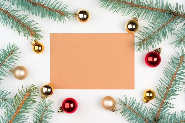 クリスマスの装飾と木製のテーブルに空の手紙のトップビュー