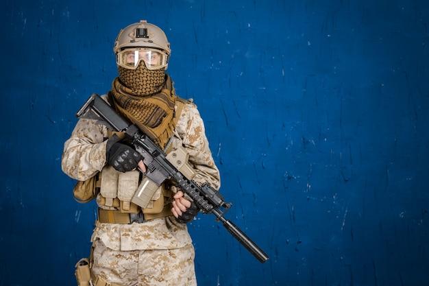 ライフルを持つ現代の兵士