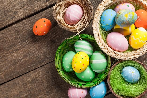 Пасхальные яйца в гнезде