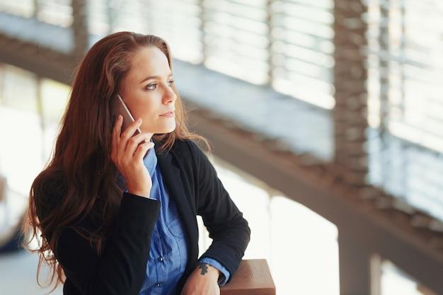 携帯電話で話している若い実業家