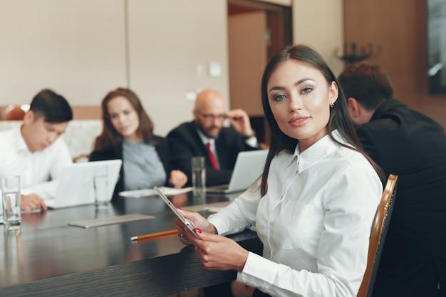 会議のテーブルで一緒に働くビジネスマン