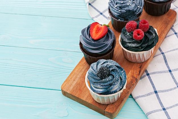 色付きのおいしいカップケーキ。お祭りの背景、誕生日