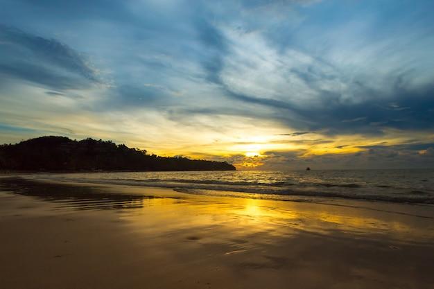 Красивые облака над морем, восход выстрел