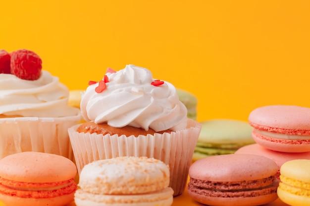 Вкусные кексы с глазурью на желтом