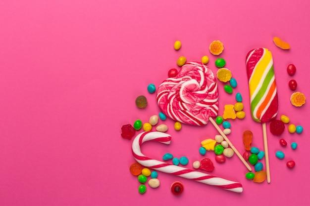 Разноцветные леденцы на розовом