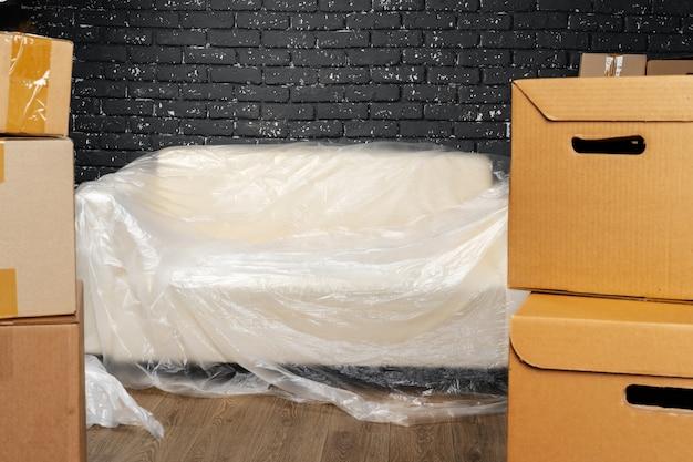 Переезд или переезд концепции, стопка коробок и упакованная мебель