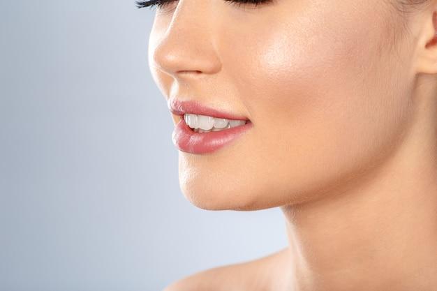 美しさの女性の顔の肖像画。完璧な新鮮なきれいな肌を持つ美しいスパモデルの女の子。