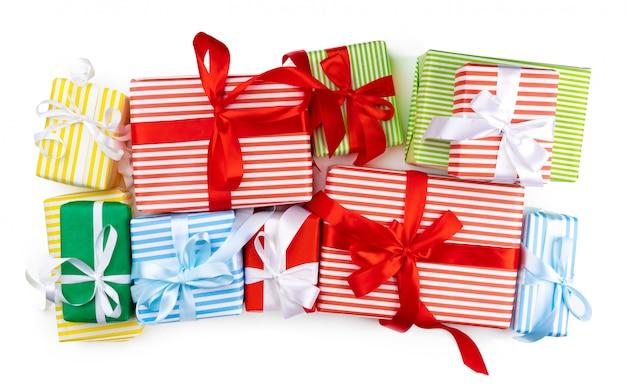 Вид сверху кучу рождественских подарков на белом