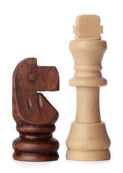 Белые и коричневые деревянные шахматные фигуры на белом