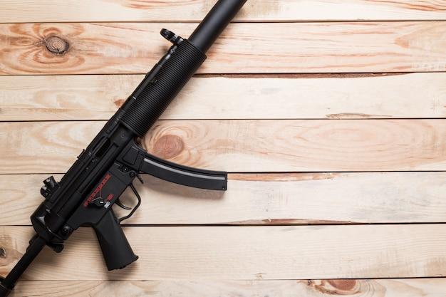 古い木製の表面に黒い半自動銃、