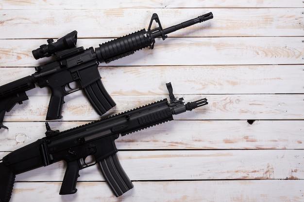 Штурмовая автоматическая винтовка на белом деревянном столе