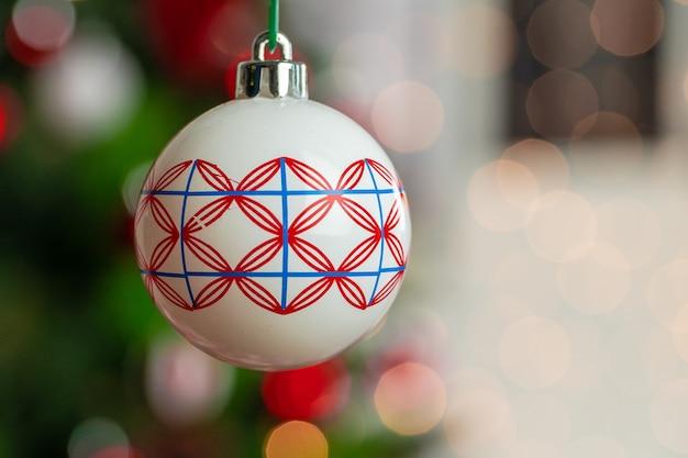 クリスマスツリーからぶら下がっている赤と白の安物の宝石