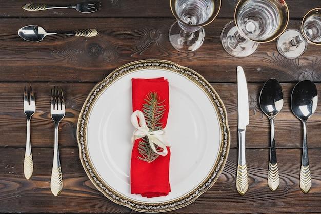 Праздничная сервировка на рождественский ужин, вид сверху