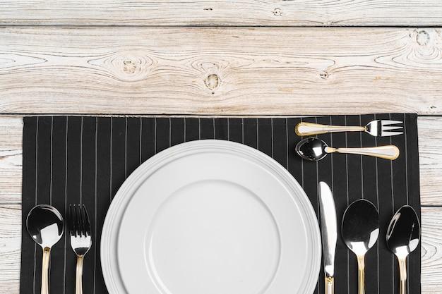 Вид сверху установки стола на темный деревянный стол