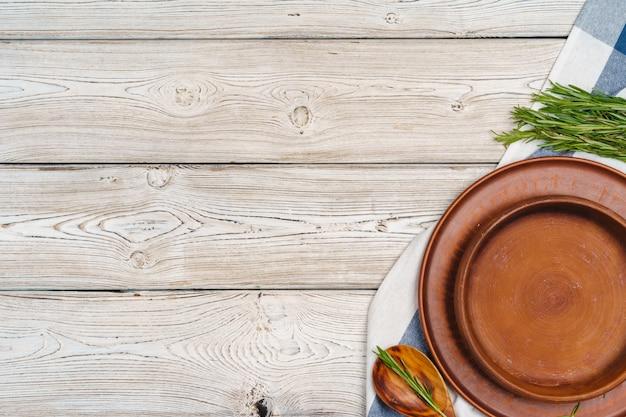Сервировка стола в деревенском стиле на деревянный стол